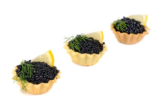 Le noir de caviar est dans un petit panier de panary