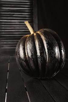 Noir avec des citrouilles dorées. décoration de la maison pour halloween dans le style moderne.