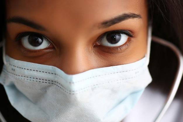 Noir femme médecin dans un masque