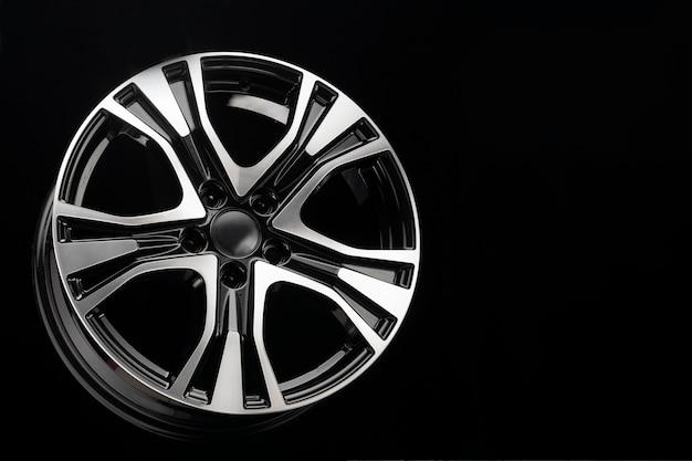 Noir avec une roue en alliage de voiture suv de partie avant polie, espace de copie sur fond sombre