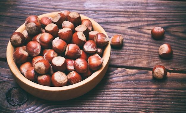 Noisettes aux noix dans une assiette en bois