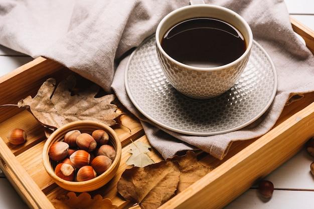 Noisettes et café pour le petit-déjeuner d'automne
