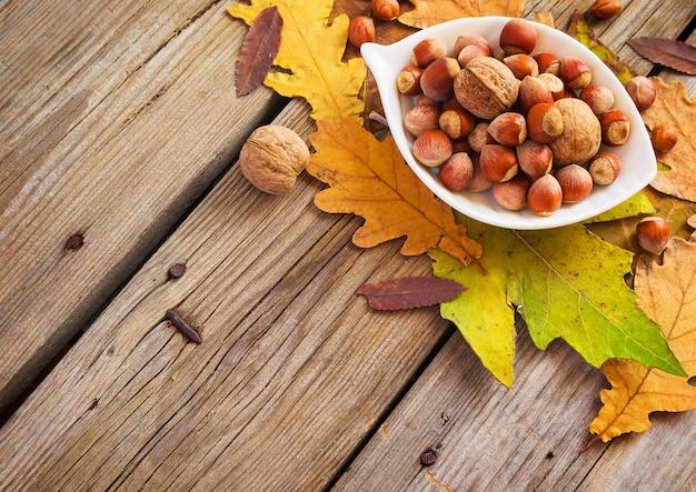 Noisettes et noix dans un bol