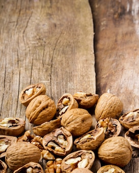 Des noisettes. noix sur fond de bois foncé
