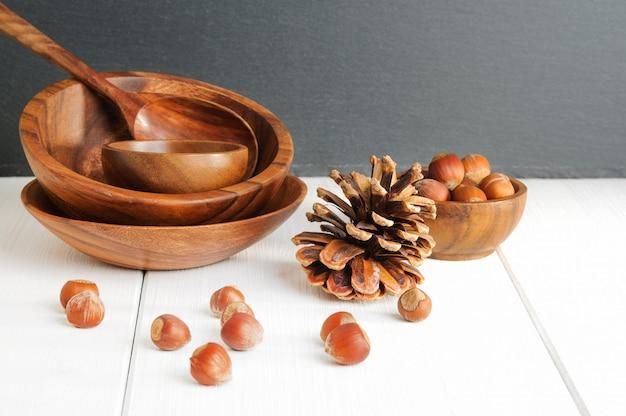 Noisettes, pommes de pin et ustensiles en bois