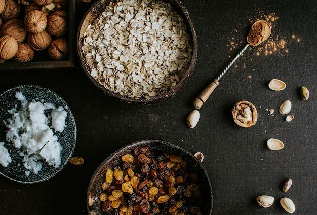 Noix, avoine et raisins secs séchés pour la cuisson