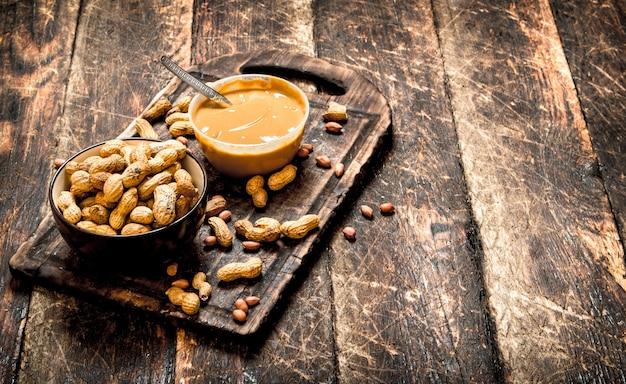 Noix et beurre d'arachide sur table en bois.