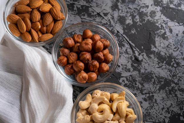 Noix brutes assorties dans une vue de dessus du bol, noix de cajou, amandes, noisettes dans les cuisines