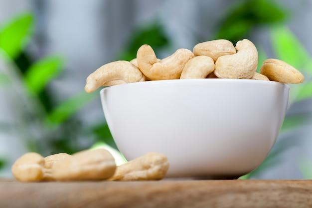 Noix de cajou croquantes, noix de cajou crues délicieuses et saines, gros plan de noix de cajou pelées sur la table de la cuisine