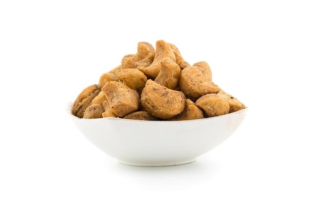 Noix de cajou, délicieux mélange de farine de gramme, de sucre, d'arachides, de pois chiches et de lentilles frites