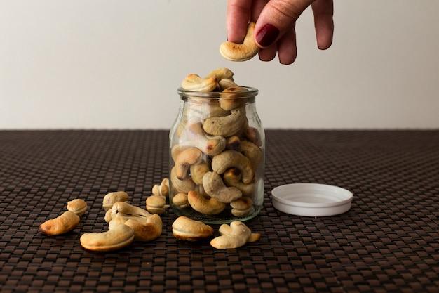 Noix de cajou, graines saines pot en verre avec un fond blanc