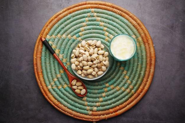 Noix de cajou et verre de lait sur table à plat