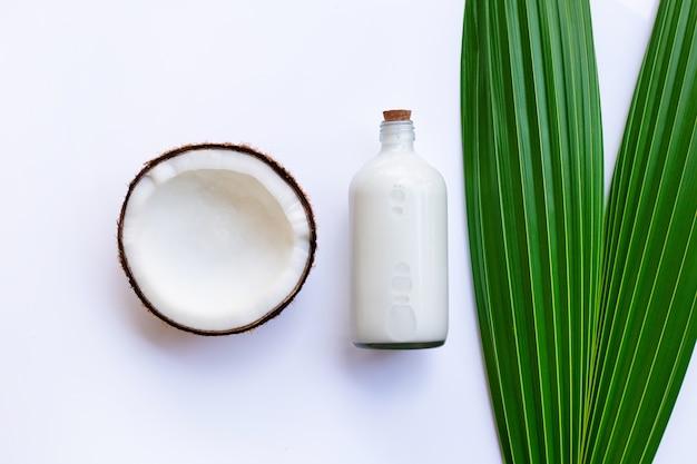 Noix de coco au lait de coco sur blanc.