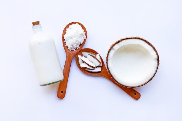 Noix de coco au lait de coco sur blanc