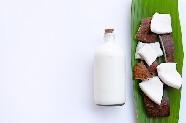Noix de coco au lait de coco sur fond blanc.