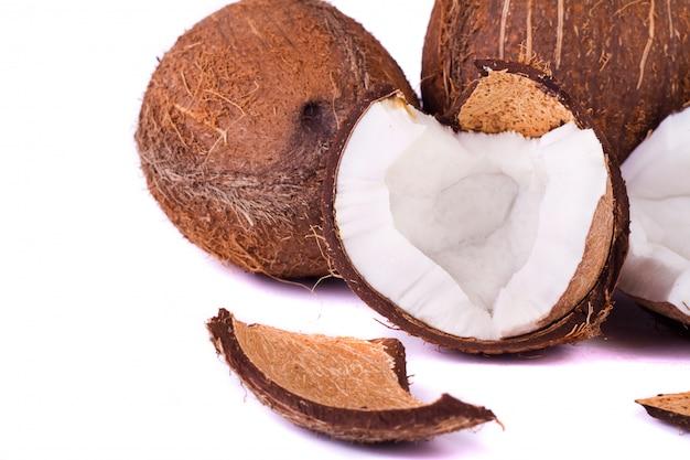 Noix de coco sur blanc
