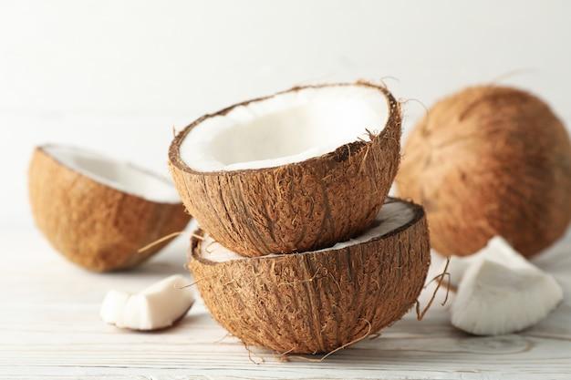 Noix de coco sur bois, gros plan. fruit exotique