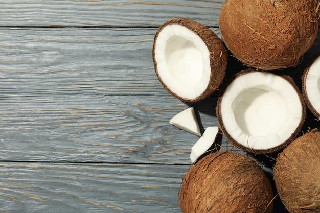Noix de coco sur bois, vue de dessus. fruit exotique