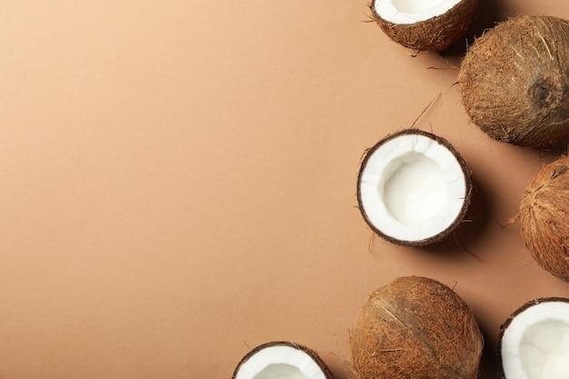 Noix de coco sur brun, vue de dessus et espace pour le texte