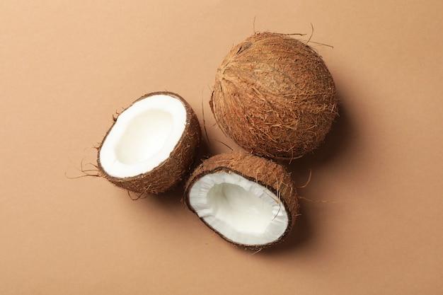 Noix de coco sur brun, vue de dessus. fruit exotique