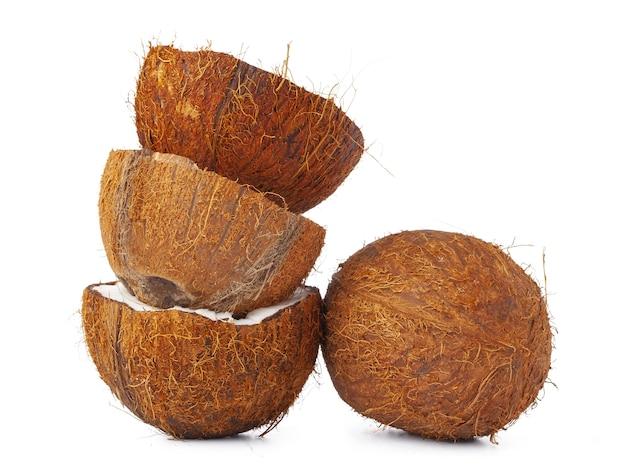 Noix de coco cassée sur fond blanc se bouchent