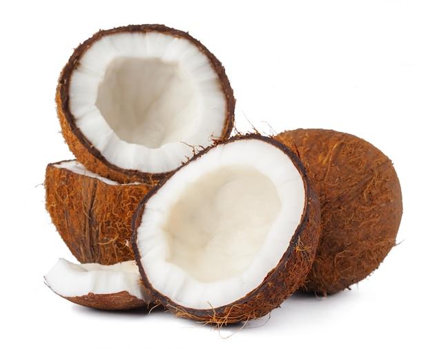 Noix de coco cassée sur un fond blanc se bouchent