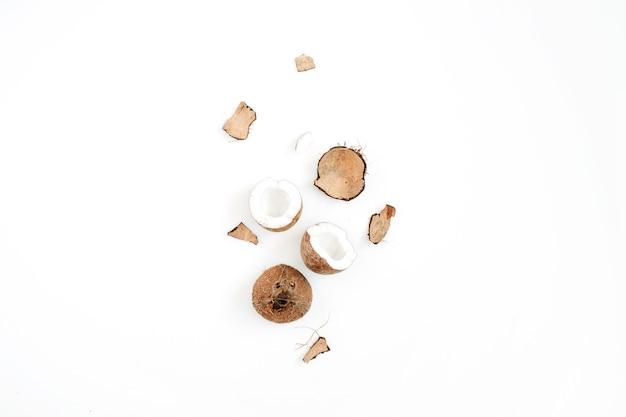 Noix de coco concassée sur blanc