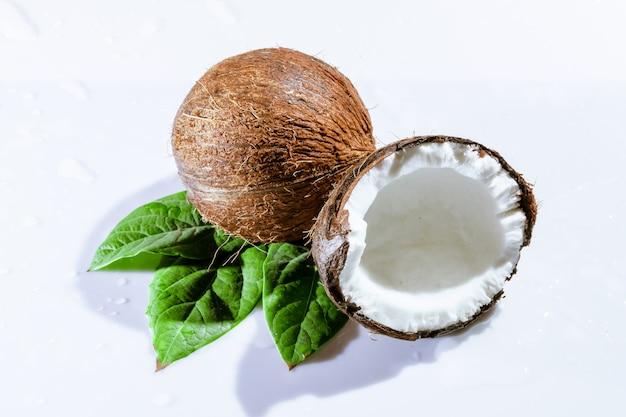 Noix de coco concassée avec feuilles