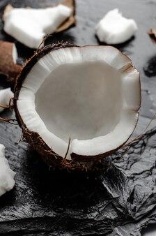 Noix de coco concept de nutrition. verticale