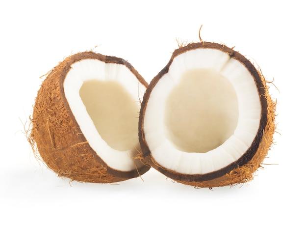 Noix de coco coupée en deux sur blanc