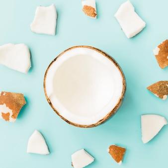 Noix de coco coupée en deux et morceaux de pulpe