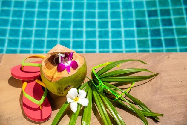 Noix de coco avec décoration de fête au bord de la piscine