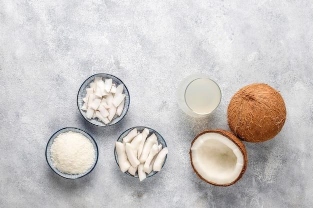 Noix de coco entière et divers morceaux de noix de coco