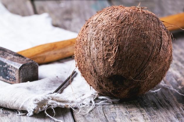 Noix de coco entière avec marteau