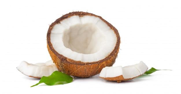 Noix de coco fêlée avec des feuilles isolées sur blanc