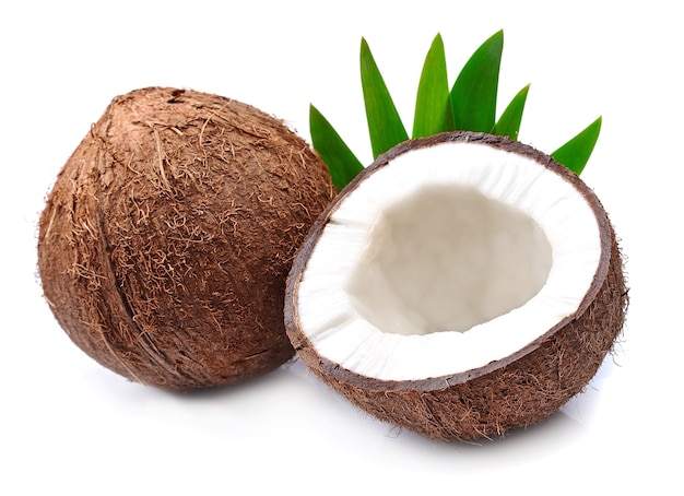 Noix de coco avec des feuilles sur blanc