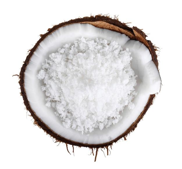 Noix de coco avec flocons de noix de coco isolé sur fond blanc