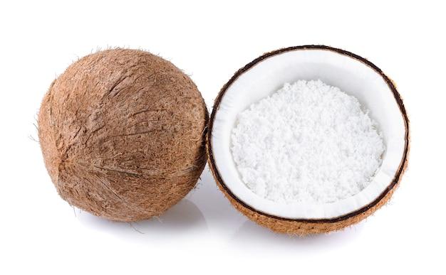 Noix de coco avec flocons de noix de coco isolés