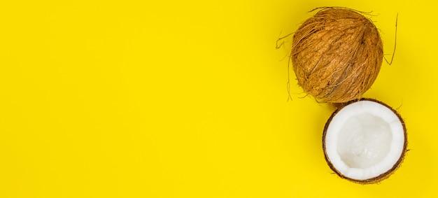 Noix de coco sur fond jaune, vue de dessus