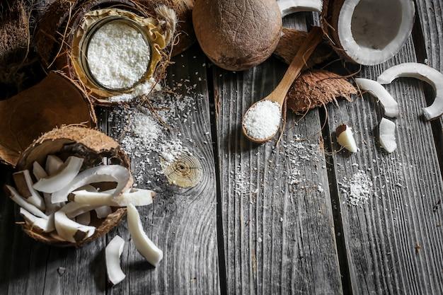 Noix de coco fraîche cassée sur une table en bois