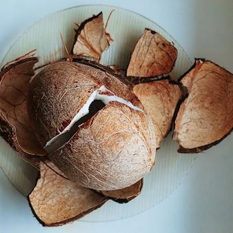 Noix de coco fraîche concassée, vue de dessus
