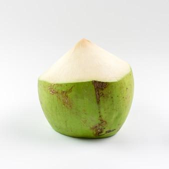 Noix de coco fraîche jeune sur fond blanc.