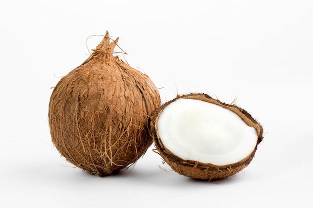 Noix de coco fraîche moelleuse délicieuse coupe parfaite isolée sur blanc