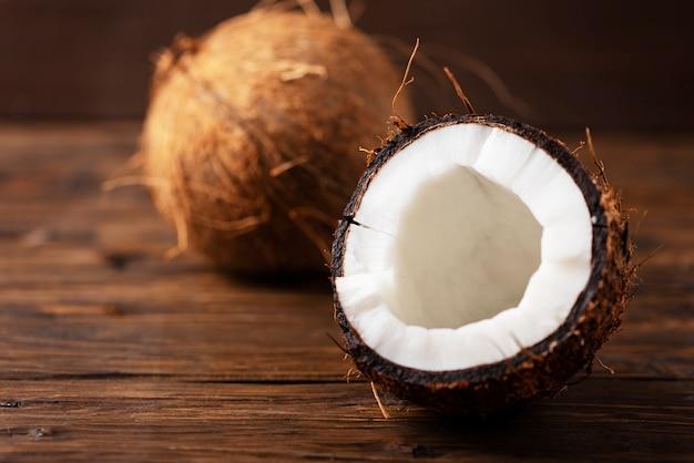 Noix de coco fraîche sur la table en bois