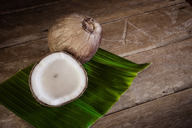 Noix de coco fraîches sur une feuille de bananier