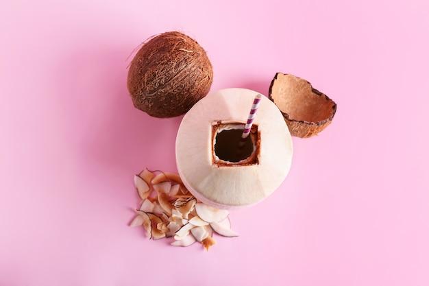 Noix de coco fraîches et mûres sur la surface de couleur