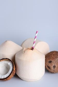 Noix de coco fraîches et mûres sur une surface légère
