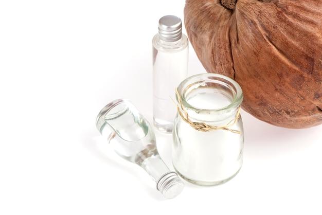 Noix de coco, fruits secs et huile isolé sur fond blanc.