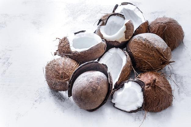 Noix de coco fruits tropicaux sur un mur léger