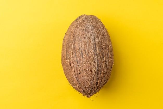 Noix de coco isolée sur jaune